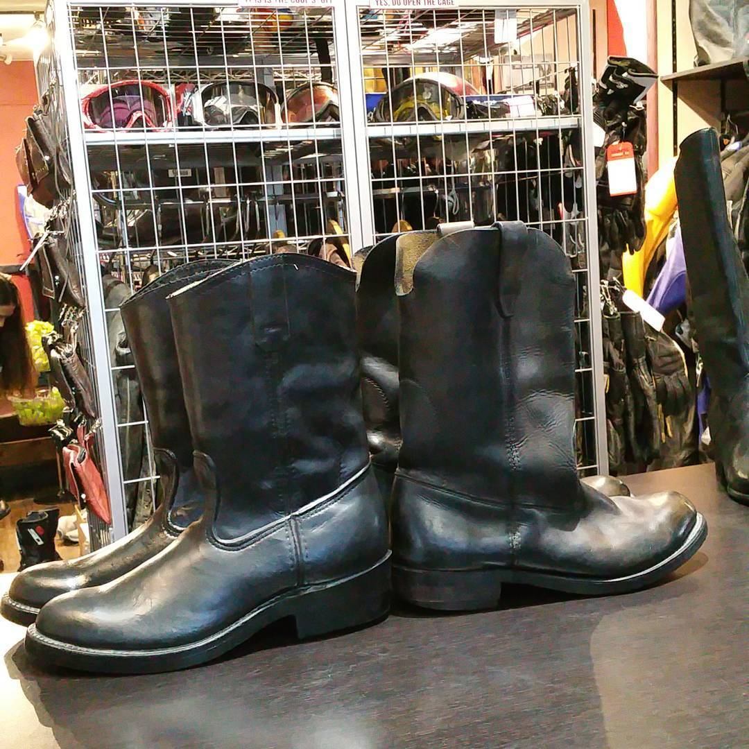 One of these pairs of boots is not like the other. California hwy patrol police issue rubber boots… That look just like the leather ropers. #rerides